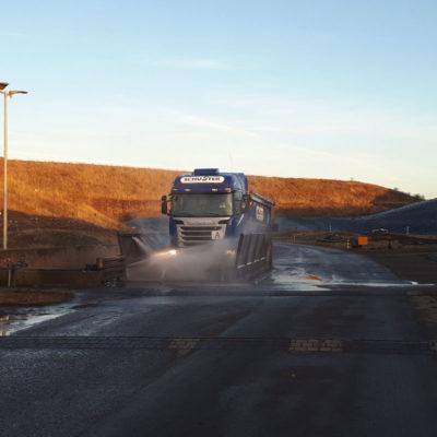 Um ein Verschleppen von Abfällen zu vermeiden, müssen sämtliche Abfalltransportfahrzeuge bei der Ausfahrt eine Reifenwaschanlage passieren (Emissionsschutz).