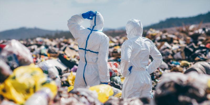Menschen in Schutzanzügen auf einer Abfalldeponie (Foto: agnormark, fotolia.com)