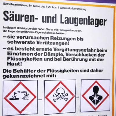Wichtige Hinweisschilder und Gefahrgutzeichen (Foto: Katrin Sturm)