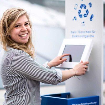 Marilu Valente vom binee-Team zeigt, wie die e-binee funktioniert (Foto: Anne Schwerin)