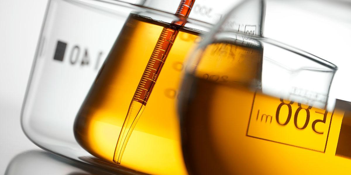 Chemikalien in Laborkolben (Foto: malerapaso, iStock)