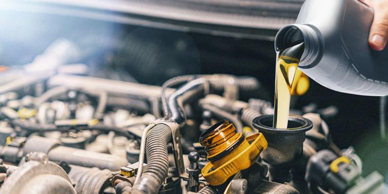 Öl nachfüllen in einen Motor (Foto: rclassenlayouts, iStock)