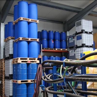 Im Behälterlager werden unterschiedliche Gebinde für Sonderabfälle vorrätig gehalten.