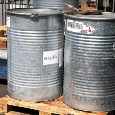 In diesen Fässern werden giftige Substanzen aus Havarie-Einsätzen geborgen.