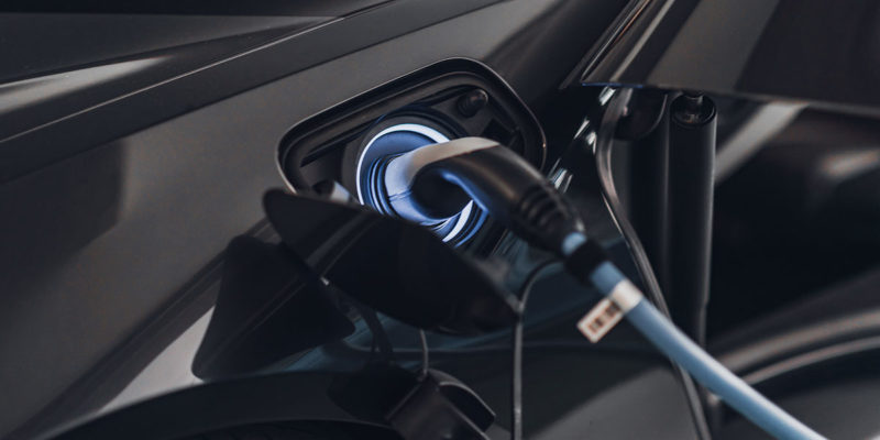 Entsorgung von E-Autos: Wer trägt die Verantwortung? (Foto: microgen, iStock)