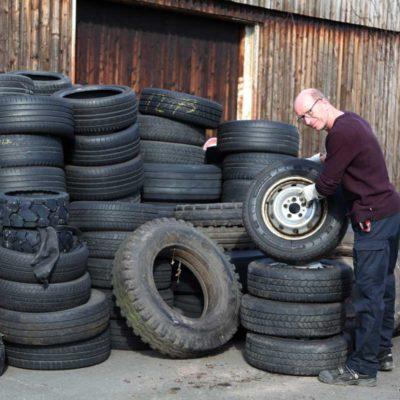 Jörg Baumgarte an der Sammelstelle für Altreifen von Betriebsfahrzeugen