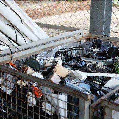 Gitterboxen mit Elektroschrott und Leuchtstoffröhren aus den Parkhäusern