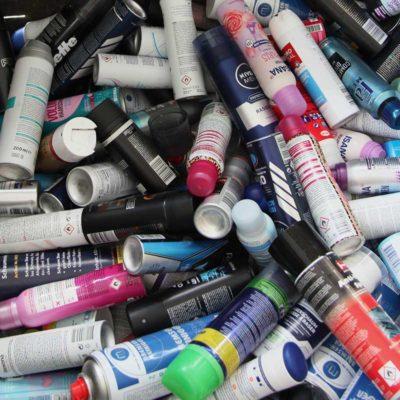 Gesammelte Spraydosen aus dem Handgepäck von Passagieren