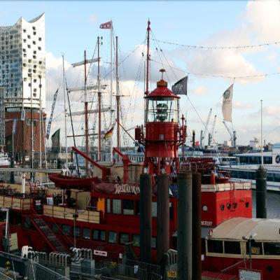 Der touristische Teil des Hamburger Hafens mit Elbphilharmonie.