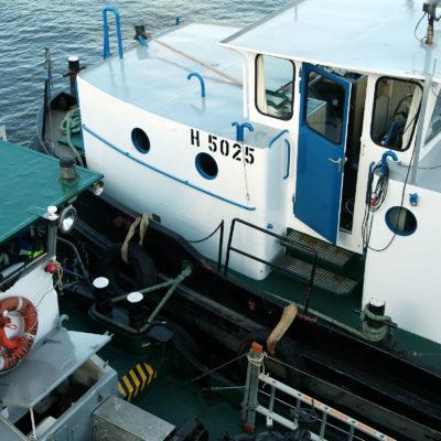 Das Entsorger-Boot ist mit dem Motorschiff vertäut, nach und nach wird das Altöl übernommen.