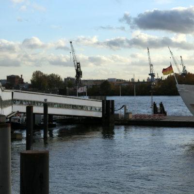 Bemerkenswert: Der Hafen hat rund 8.000 Schiffsanläufe pro Jahr und knapp 300 Liegeplätze.