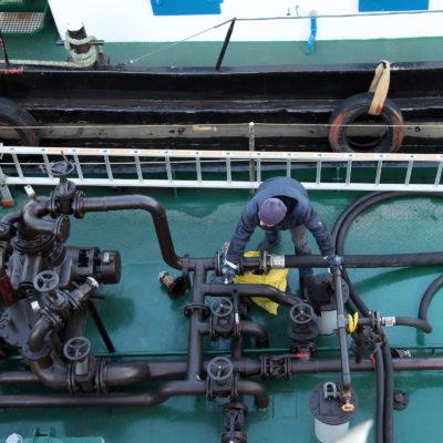 Die Arbeit auf dem Entsorgungsschiff: Vorm Abpumpen in die Anlage müssen alle Dichtungen und Schläuche überprüft werden.