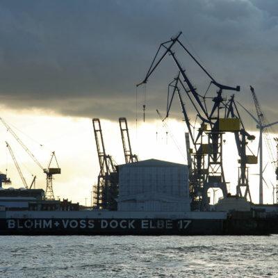 Am südlichen Ufer der Norderelbe steht die letzte aller Großwerften, 1877 gegründet.
