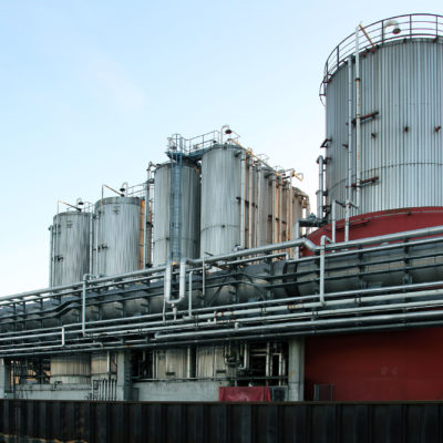 """Die Tanklager der Altölaufbereitungsanlage """"Asclia"""" (Sicht von der Wasserseite)"""