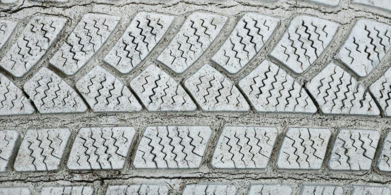 Tonnenweise in der Umwelt verbleibende Kunststoffe legen u. a. die Einführung von Grenzwerten für Reifenabrieb nahe.