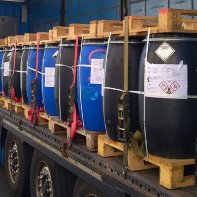 Verladung von gefährlichen Abfällen in Kunststofffässern auf Paletten (Foto: Große Vehne)